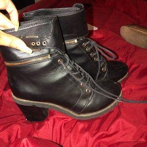 Express size 8 black & gold zippered booties